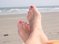 Feet_at_the_beach